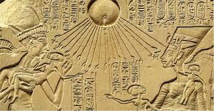 Echnaton mit Familie unter der Aton-Sonne